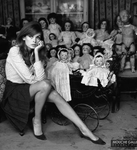 Jean-Shrimpton-with-dolls
