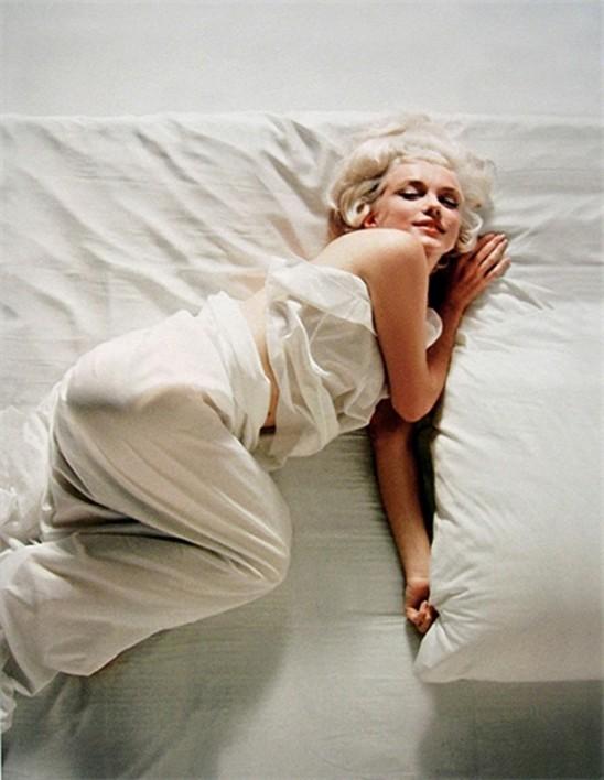Marilyn-Monroe-on-Bed-06