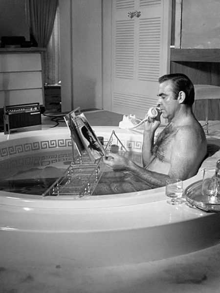 Sean_Connery_in_the_bath_Las_Vegas_1967_z
