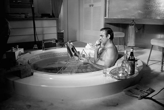 Sean_Connery_in_the_bath_Las_Vegas_1967_z